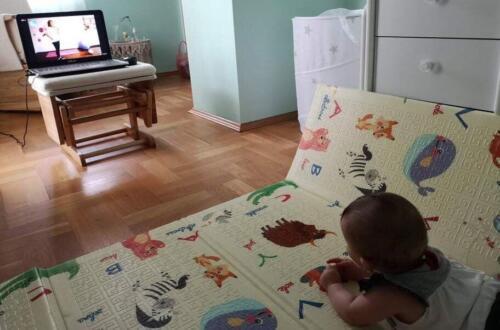 Бебе Ирина на 6 месеца очаква ритуалната ни първа песничка за начало на тренировката!Започвамееееее......